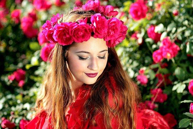 dívka s květinovým věncem