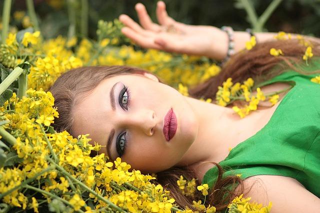 dívka a květiny
