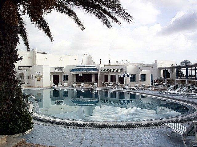 hotel s bazénem v Tunisu