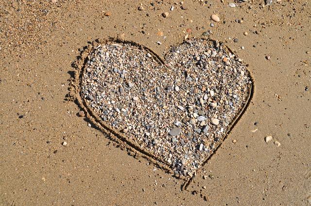 srdce z kamínků na pláži
