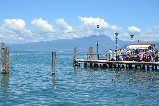 lidé na molu v Itálii