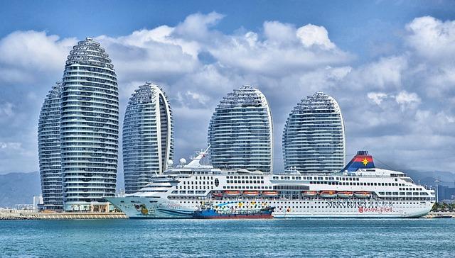 hotelová loď s mrakodrapy v pozadí