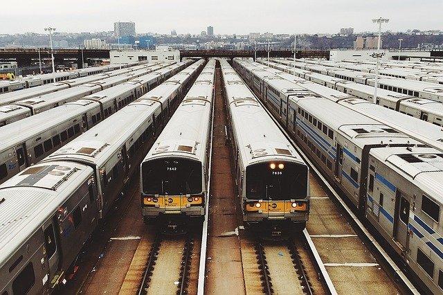 železniční stanice s vlaky