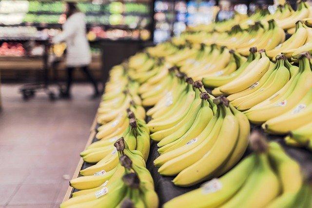 banány v supermaketu