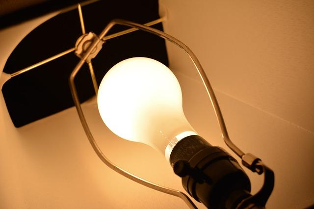 rozsvícená žárovka v lampě