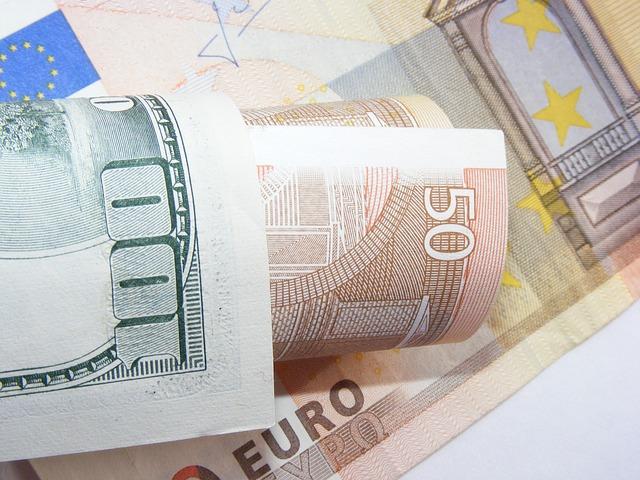 srolované bankovky různé měny