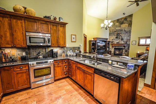 uklizená kuchyň v rustikálním stylu