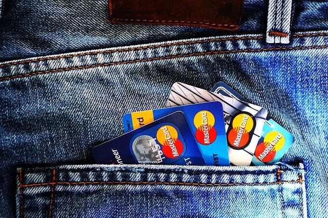 kreditní karty v kapse u kalhot