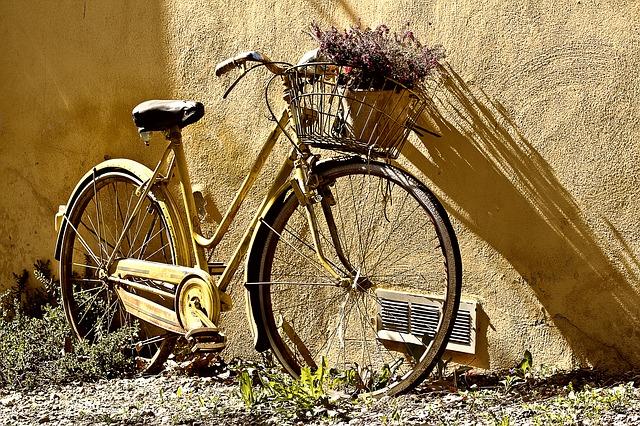 staré kolo s košíkem