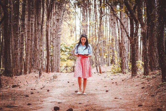 čtení na procházce