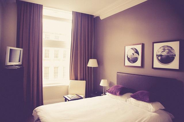 obrazy nad postelí