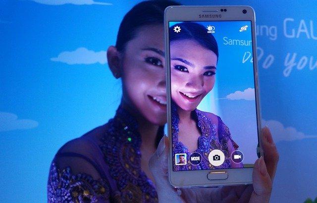 mobil Samsung s modelkou