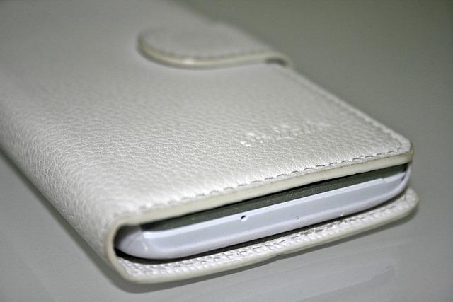 šedé kožené pouzdro na mobil