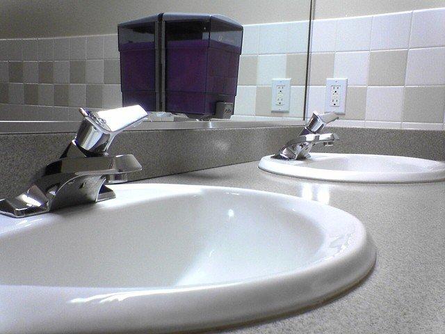 bílá umyvadla v hotelové koupelně