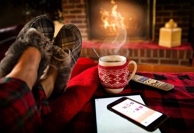 pohoda – horký čaj, nohy v odpočinkové poloze, hřející krb