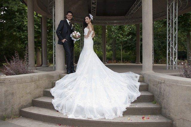 novomanželský pár ve svatebním