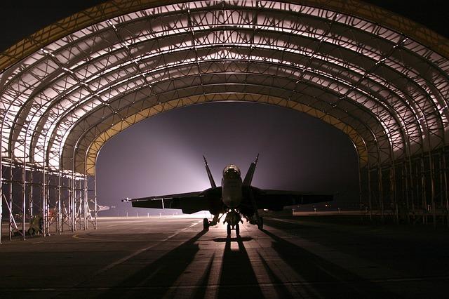 letadlo stojící v hangáru.jpg