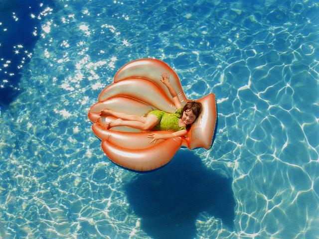 lehátko v bazénu