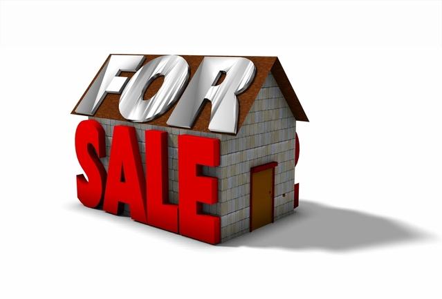 nakreslený dům na prodej s nápisem for sale na střeše a boku domu