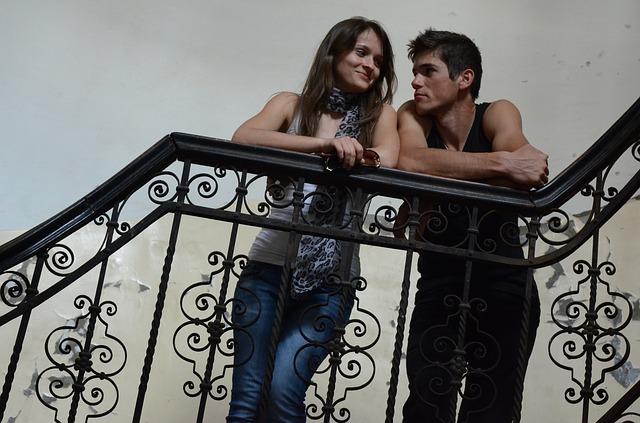 muž a žena se opírají o kovové zábradlí.jpg