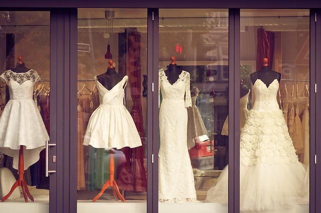 vystavené šaty ve výloze