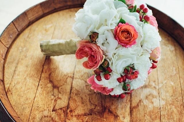 svatební kytice na sudu