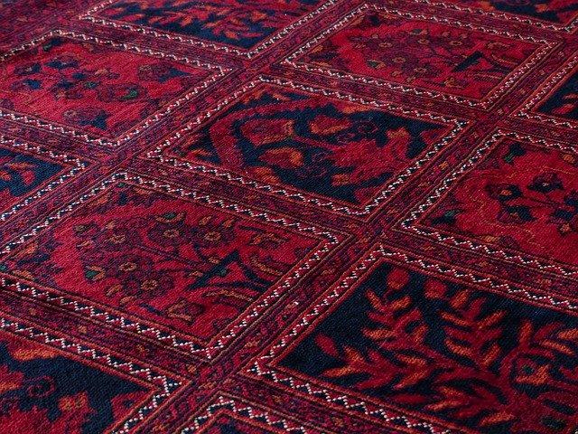 červený vzorovaný koberec.jpg