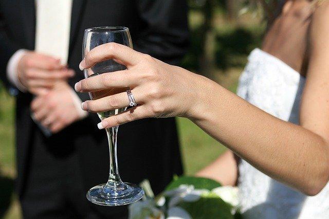 nevěsta se skleničkou vína
