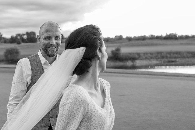 černobílá svatební fotka