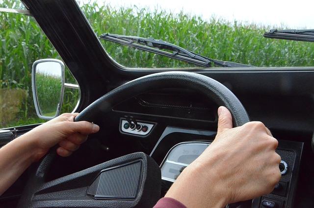 pohled na volant při řízení auta