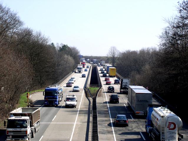 kamiony za sebou na silnici