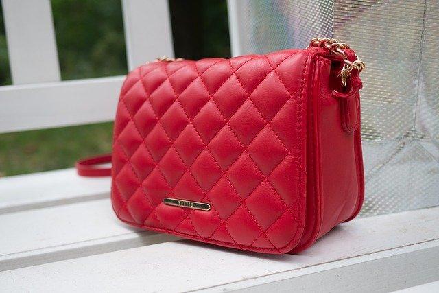 červená značková kabelka