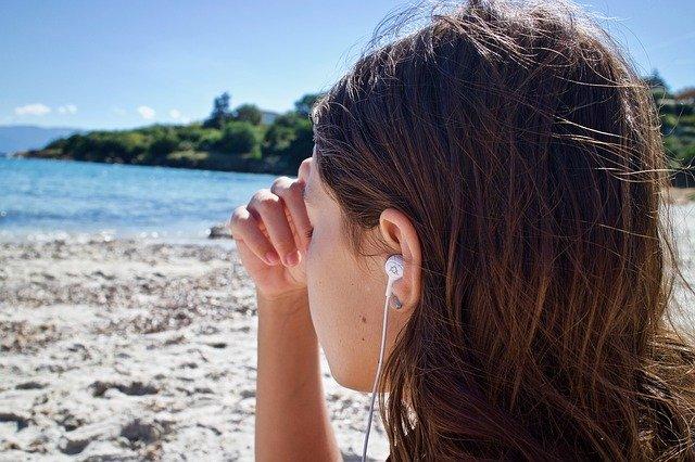 dívka, která poslouchá hudbu – má sluchátka v uších
