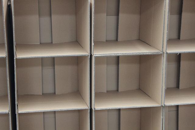 papírové krabice poskládané na sebe