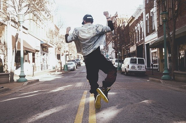 muž, který skáče radostí.jpg
