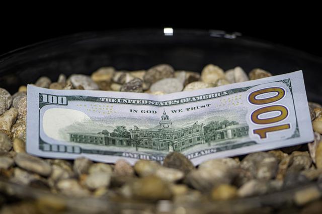 peníze na misce