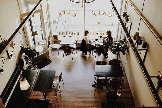pohled shora na vnitřek restaurace