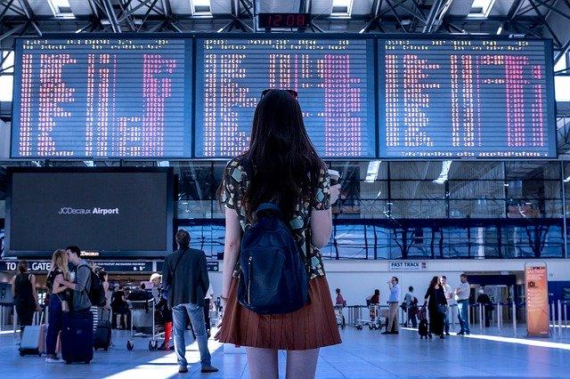 žena na letišti
