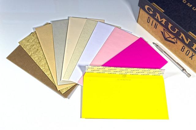 naaranžované různobarevné obálky