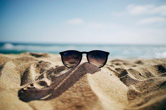 sluneční brýle na písečné pláži