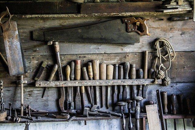 klasické nářadí na zpracování dřeva